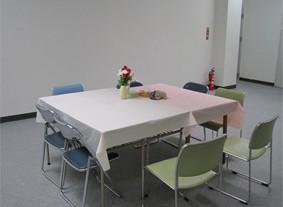 ほっとスペース中央のテーブル