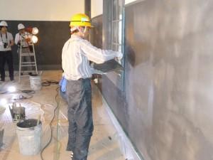 漆喰を塗る作業の様子
