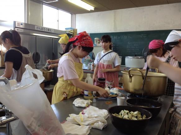 夏野菜彩りカレー調理中の厨房は大忙し!
