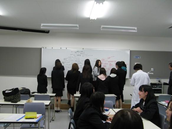 学生の想いが詰まったマインドマップに先生方も釘づけ。