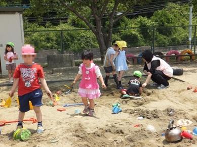 実習風景① こども:「砂遊びって楽しい~」