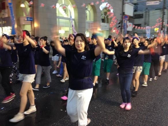 学生にまじって、教員も頑張って踊りました。