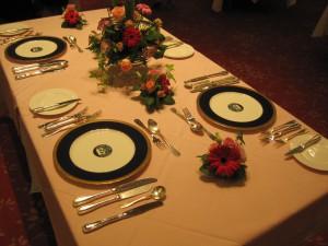 セッテイングされたテーブルにグラスとナフキンを置けば、すてきな空間の完成です。