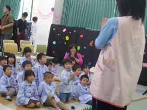 附属幼稚園の園児たちも見に来てくれました。
