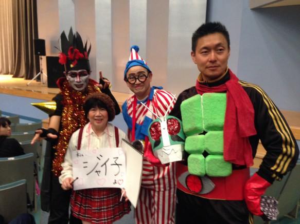 仮面ライダーの正体は、折笠国康先生でした。また、ジャイ子は鈴木祥子先生、くいだおれ太郎は古川督先生、デーモン閣下は伊藤哲章先生でした