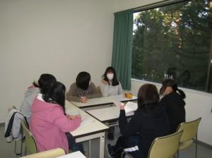 班毎に、各年齢の発達や保育者のかかわりについて学び合う。