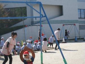 実習風景:園庭で子ども達と一緒に走ったり補助したりしました。