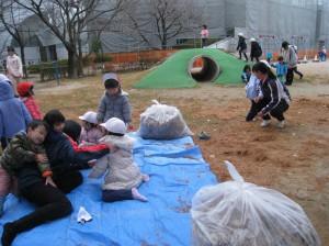 実習風景:メタセコイヤ(杉)落ち葉を利用して楽しく子どもとかかわりました。