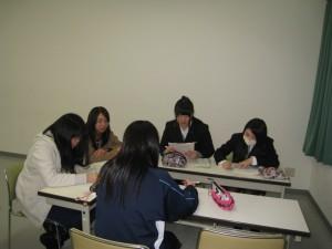 実習を終え、大学に戻り班毎の討議や個別指導で実習担当者から指導を受ける。