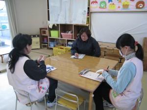 毎日の反省会をとおして実習を振り返り、担当教諭から指導を受ける。