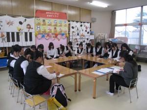 実習打ち合わせ:担当クラスに分かれて担任教諭から1日の保育の流れなど学びました。