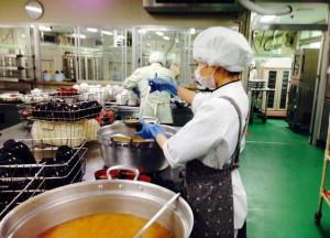 病院厨房での作業風景