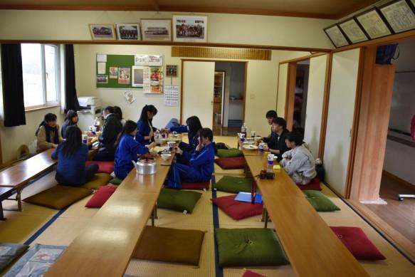 笹山原公民館での昼食風景