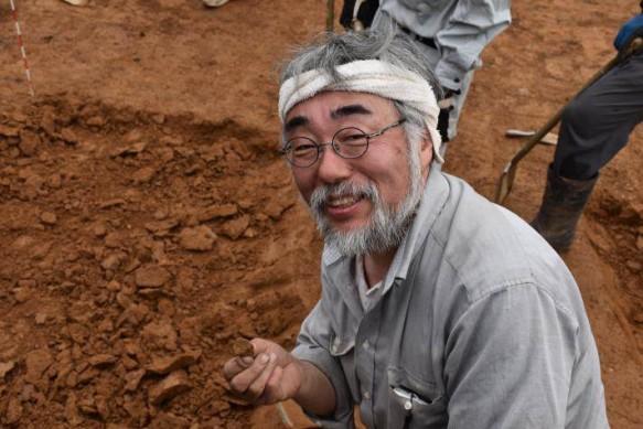 台形石器を掘り出し、思わず笑顔!