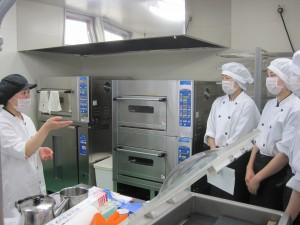 カップケーキが焼き上がるまで、調理設備の説明を受けました。パン生地の発酵から焼き上げまですべて機器が行います。
