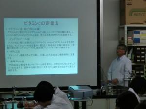 まずは、先生から説明をしっかり聞きます。 難しいけど、どんどん質問して理解を深めていきます。「なるほど、なるほど」。