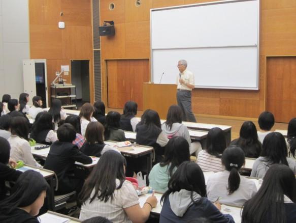 実習とは・・・知識や技術をトレーニングすること! 講話を聴きながら、メモをとる学生の姿は真剣そのもの。