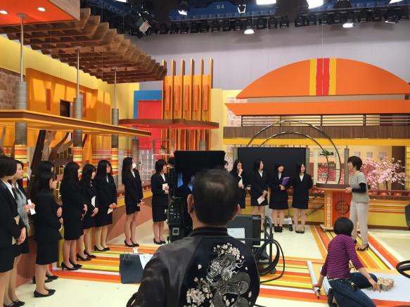 いつもテレビで見るスタジオに足を踏み入れ、みんなわくわくドキドキ。報道を支えるスタッフの方や設備の役割を学びました。