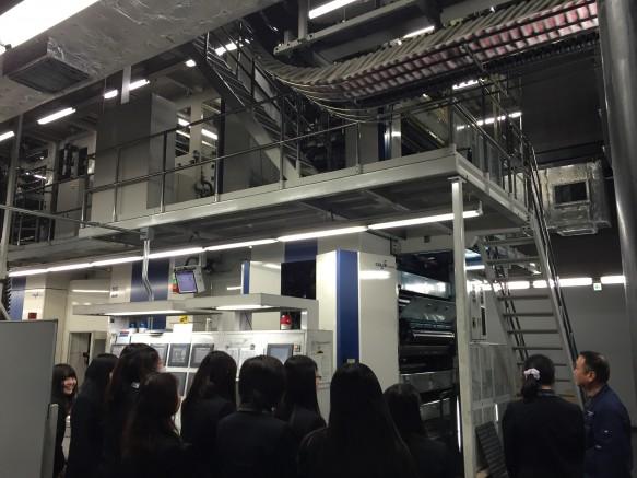 印刷する機械はとても大きく、そのスピードと音量に私たちは驚きの連続でした。