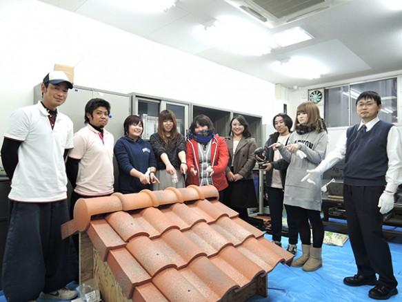 瓦葺体験② たった数十分で小屋根の瓦葺終了!