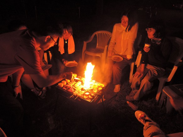 夏の実測調査の様子3 夜は地域の方々と一緒にBBQ