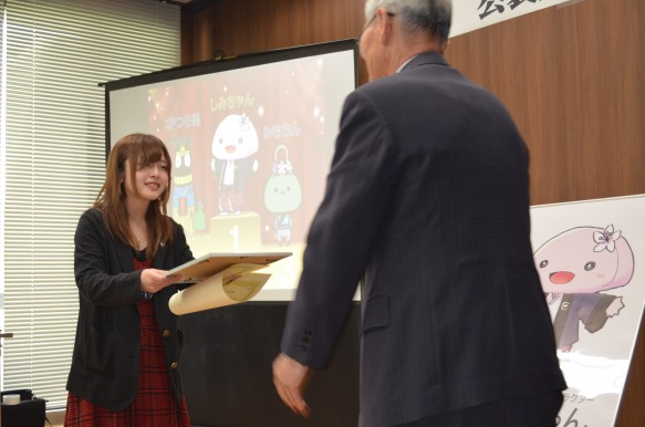 第2位「かつら男」をデザインした井本沙也香さん