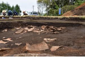 竪穴住居跡の中に大量の土器