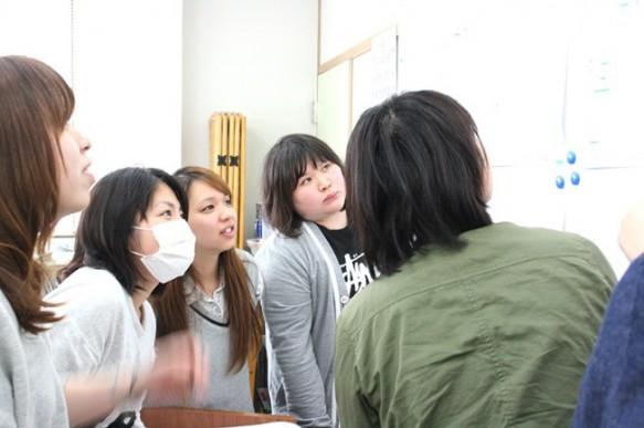 発表した作品について学生や教員が議論