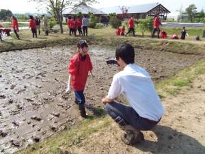 田植えの様子は、テレビ局と新聞社からの取材を受けました!