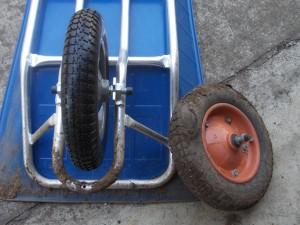 タイヤを取り換えた一輪車