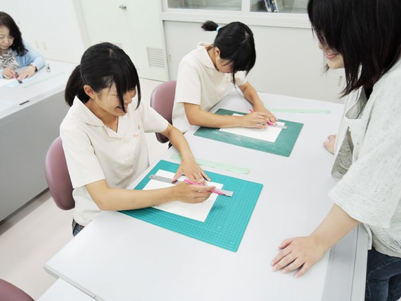 今回の体験授業は「紙はどこまで強くなる?画用紙で作る折板模型」