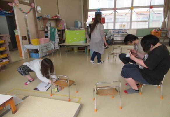 教室の家具も園児使用・・・・「ちいさ~~い!!]