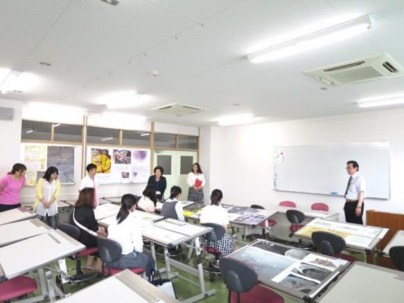 第一製図室で先輩方の作品を見ながら本学ならでの建築教育を体感