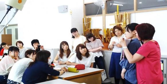 稲垣先生の熱心な説明に聞き入る学生