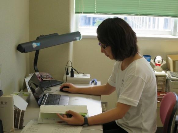 大学院生室でデータ入力中の長沼さんです。