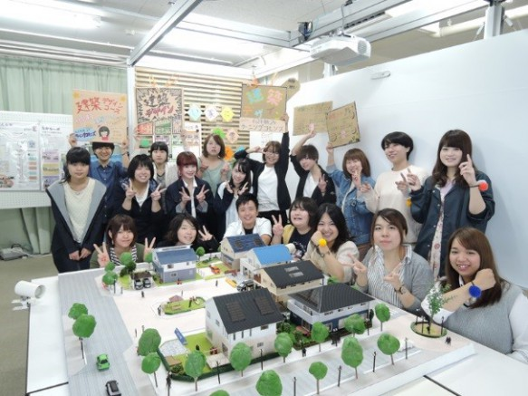 住宅模型とパネルの展示。6プランを提案