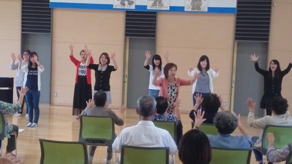 音楽療法の先生の指導にあわせ、楽しく歌います。