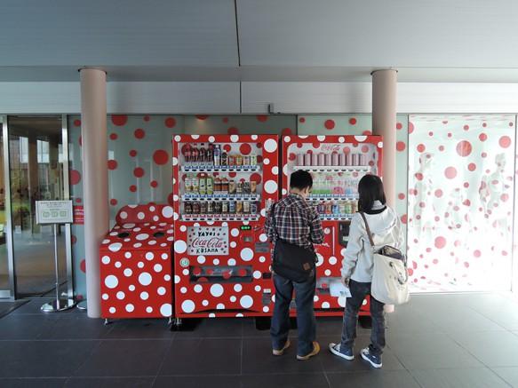 【松本市美術館】草間カラーがいたる所に。