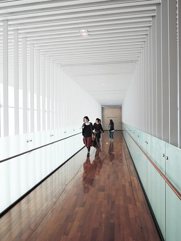 【松本市美術館】通路の機能だけでなく建物の顔となる空間を演出。