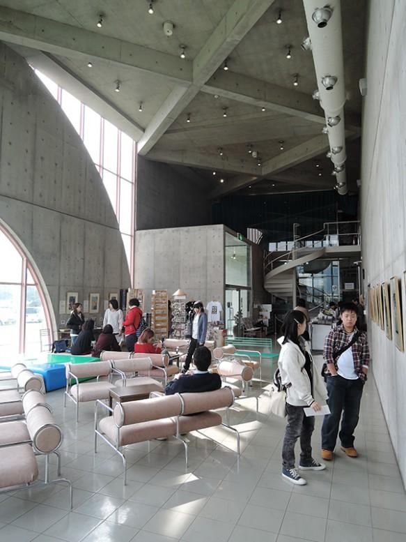 【日本浮世絵博物館】篠原一男の代表作。家具の設計にもこだわりが。