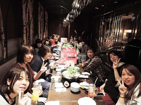 【夕食】皆で一緒に夕食。先輩と後輩の仲が良いのも建築の特徴。