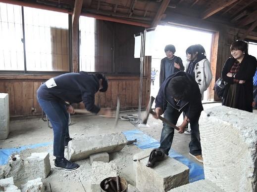 学生も終了間際には職人に負けない石切り姿を披露