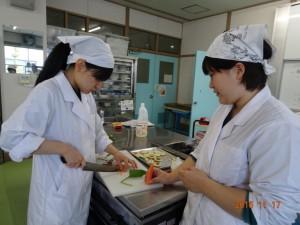 花餅の飾付け用に野菜をカット中。