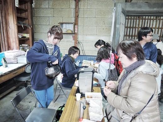 石臼で惹いたコーヒーもふるまい 会話を通して地域の方々と交流を深める
