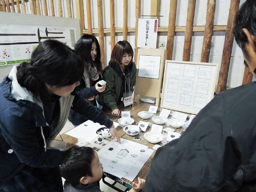 瓦のアートは石スタンプによるハンカチ製作!学生も丁寧に応対