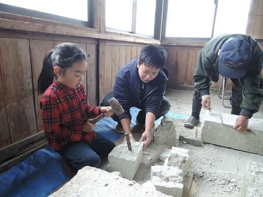 石切り体験では小さなお子さんも積極的に体験