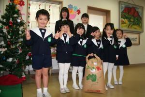 もち米の玄米 30 kg を附属幼稚園に贈呈しました(12月19日)